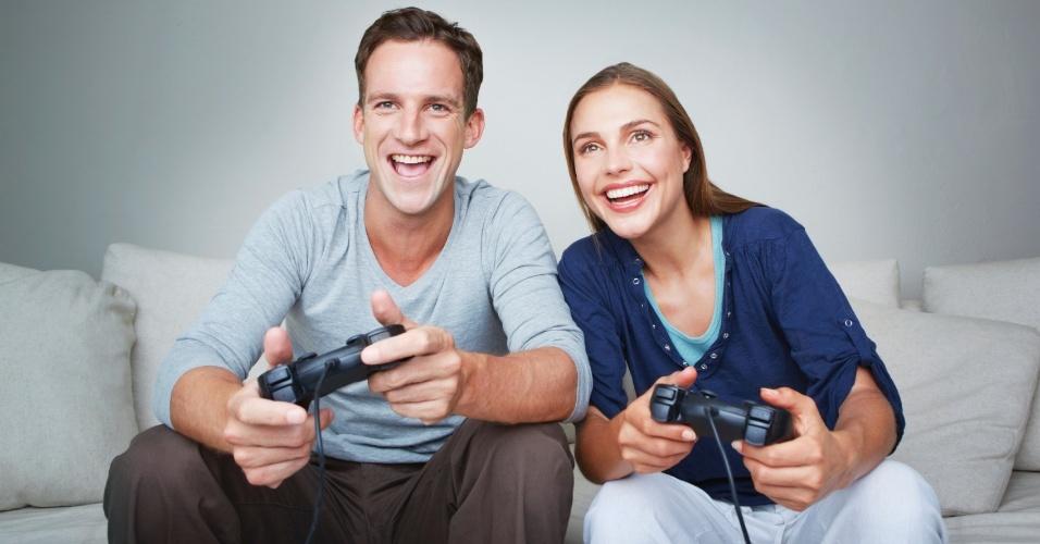Resultado de imagem para casal jogando video game